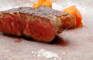 一番人気の薪焼きステーキ
