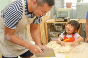 父の日だから、パパと一緒に遊んであげる!記念写真付きうどん作り体験教室@大阪市