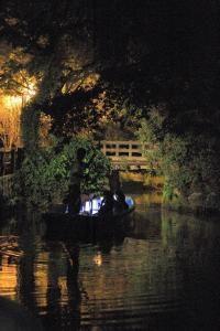 夜の川下り 灯り舟